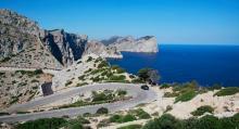 Mallorcas nordligaste punkt Cap de Formentor ligger två kilometers bilkörning från Puerto Pollença. Vyerna från den vindlande vägsträckan är svårslagna. Längst ute ligger fyren med milsvid utsikt över Medelhavet.