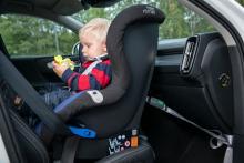 Volvo är ensam om praktiska öglor för bilbarnstolsremmarna. De underlättar handhavandet och ger mer stablitet vid montering i framsätet.