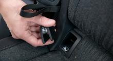 Skoda har lösa täcklock över Isofix-fästet i baksätet. Följdeffekten blir att att locken lätt hamnar på vift när bilbarnstolsfästena används.