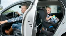 VW Polo är en ovanligt rymlig småbil, fast det blir trångt för föraren med en bakåtvänd bilbarnstol i baksätet.