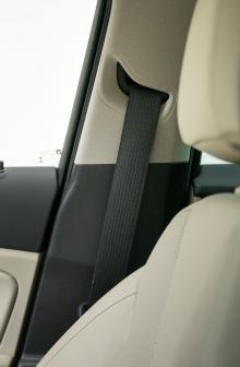 Opel saknar höjdjustering på passagerarbältet. Det försvårar att få bältet att löpa rätt över axeln på framåtvända barn med sittkudde.