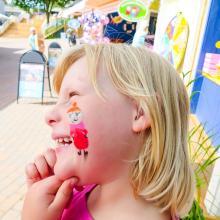 Både barns och vuxnas favoriter finns i Muminvärlden och Alva, 6 år, har fått lilla My avbildad på kinden.