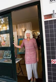 Konstnären Els Knaap vid sid studio i trendiga stadsdelen De Pijp.