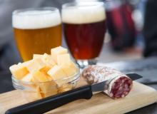 Ölkafeerna lockar med ost- och korvtallrik. Och öl förstås.
