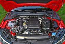 Tre cylindrar fördelade på 999 kubik ger 116 arbetsföra hästkrafter. Ingen lär missa att motorn är trecylindrig.