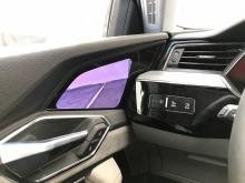 De digitala backspeglarna är en världsnyhet. Bilden från den externa videokameran visas på en pekskärm på dörren. Med fingrarna kan föraren justera siktvinkeln bakåt och även zooma bilden in och ut.