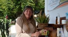 Elke Krupski håller de tunna skivorna från nyttoväxten aloe vera i skuggan.