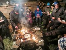 Midvinterkväll i Funäsdalen där de kolbullarna tillagade över öppen eld har strykande åtgång.
