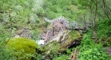En svajig gångbro över en ravin och 1129 trappsteg längs med bergsidan är inget för höjdrädda.