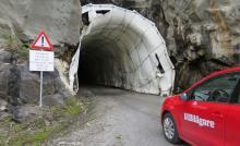 Ett enklare sätt att ta sig upp till Glomfjället är att åka bil, men på egen risk genom en gruvtunnel.