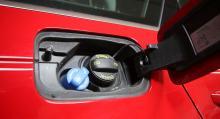 Påfyllning bakom tanklocket är smidigast (Audi A4).