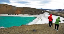 Kratersjön Viti med sitt turkosblå vatten bildades efter ett utbrott 1875. Vulkanen Krafla ligger nordost om sjön Mývatn. Kraflaområdet med brännheta partier kan utforskas till fots.