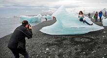 Lika populärt är det att fotografera de kalvande isbergen vid Atlantkustens strand, täckt av svart lavasand.