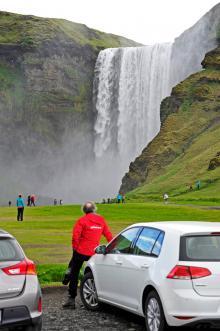 Det kryllar av sevärda vattenfall på Island, här Skógafoss längs Ringvägen i söder. Fallhöjden är 60 meter och det är möjligt att via trappor ta sig upp till det övre fallets stup.