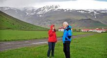 Gunhild och Olafur Eggertson bor kvar. Askan efter vulkanutbrottet  har fungerat som näring på gården Thorvaldseyri.