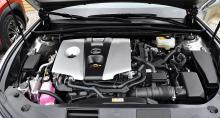 Fyrcylindrig motor. Det elektroniska motorljud som spelas upp i kupén kan lyckligtvis stängas av.