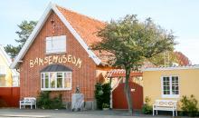 På Bamsemuseum, som inte är tecknaren Rune Andréassons Bamse, mitt i Skagen finns nallar i alla möjliga skepnader och miljöer.