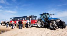 För att komma ut på Grenen går det att ta Sandormen, en traktor med släp, för den som inte vill promenera ut.
