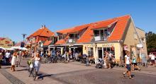 På hösten, vintern och våren är Skagen stilla och tyst, men på sommaren fylls stadens centrum av turister, många från Sverige.
