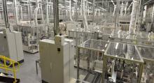 Tillverkningen av battericeller är en känslig process som kräver så kallade renrum med energikrävande ventilation. Här är Nissans batterifabrik i engelska Sunderland. Anställda måste bära skyddskläder med huva. (Foto: Nissan)