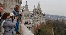 Från Fiskebastionens terrass uppe på slottshöjden har vi utsikt över Donau och Pestsidan.