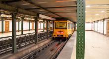 Tunnelbanan är gammal men väl underhållen. Noggrant städade perronger gör den korta väntan trevlig.