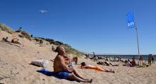Strandens många soldyrkare njuter av sin dag i solen.