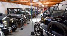 Många gamla bilar radas upp inne i utställningslokalerna. Museet rymmer en av Europas största samlingar av gamla bilar och flygplan.