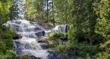 I vattenfallet finns en populär avsats dit en besökare klättrat för att fotografera det virvlande vattnet.