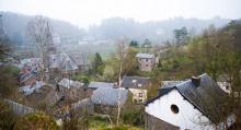 Ardennerna har vild och orörd natur med stora skogsområden. Husen hukar i dimman på kullarna.