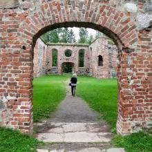 Ståtliga kyrkoruiner påminner om Gamla Vasa, numera sju kilometer från kustlinjen.