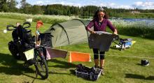 Cathy Perrottet har knutit fast tvättlinan mellan cyklarna.
