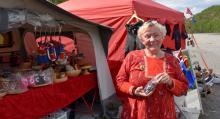 Karen Tornensis från Tromsø säljer torkat renkött, kläder och samiska souvenirer vid sin husvagn.
