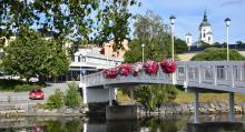 Det går att ta med båten in till Härnösands centrala delar. Bebyggelsen är välbevarad och broar binder samman stadskärnan.