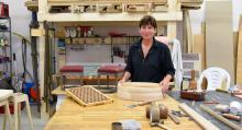 Matilda Storvik böjer svepaskar enligt gammalt hantverk i sitt nystartade Storviks Finsnickeri. Snickeriet byggde hon själv.
