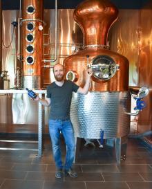 Hernö Gindestilleri har vunnit sex av världens största dyckestävlingar. Johan Wester visar destilleringspannan och landskapets kryddor.