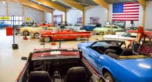 På Härnösands Bilmuseum finns många historier om bilarna och vi njuter av all glänsande lack och krom.
