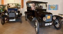 Bilintresserade Klara Bergman älskar att jobba på museet. Här visar hon en välputsad T-Ford från 1921.