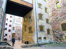 I Åbo slott, intill färjeterminalerna, flyttas vi tillbaka till historisk tid.