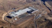 Teslas nya batterifabrik i Nevadaöknen ska vara färdigbyggd 2018. Solcellstak och vindkraftverk ordnar energiförsörjningen, enligt företaget. (Foto: Tesla)
