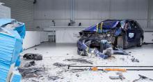 Stökigt test – fronten går i tusen bitar och en skur av bråte faller ned på golvet.