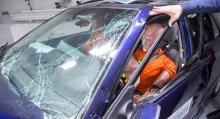 Vindrutestolpen har veckats vid två ställen och dörren är på väg att lossna, tecken på att bilens struktur börjar ge vika. Hade hastigheten varit några km/tim högre hade bilen kunnat kollapsa fullständigt, enligt Thatcham.