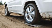 Med hjulen på nollfriktionsrullar får vi fram hjulspinn – här på Jeep Grand Cherokee, som klarar testet utmärkt.