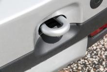 Lättillgänglig bogserögla, om man behöver dra loss sin bil – eller andras.