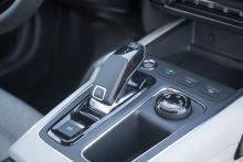 C5 Aircross är nära släkt med Peugeot 3008. Vi känner igen växelföraren!  Bred mittkonsol ger många småfack men är också skrymmande.