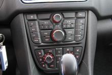 Reglagepanelen innehåller totalt över 30 knappar – aningen rörigt.