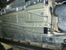 Under plastsköldar och innerskärmar saknas slitskydd.