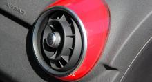 Ventilationsutblåsen i matchade kulör till karossen finns på vissa exemplar.