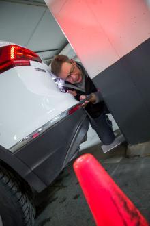 Hur mycket är det kvar när p-sensorerna säger stopp? I VW Tiguans fall gick larmet vid 27 centimeter när man backar snett in mot en garagepelare.