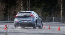 Köregenskaperna på torr asfalt bedöms genom flera olika moment – bland annat slalom och älgtest. (Foto: Niklas Carle).